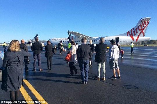 Nghe la hét có bom, hành khách nhảy khỏi máy bay - Ảnh 1.