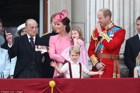 2 con của Hoàng tử William gây sốt tại sinh nhật Nữ hoàng Anh - Ảnh 3.
