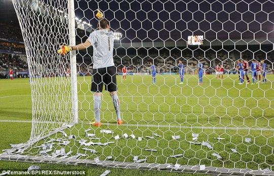 Thủ môn tuyển Ý bị fan ném tiền vào mặt lúc thi đấu - Ảnh 1.