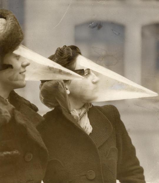 Mặt nạ chống tuyết hình chóp nón. Ảnh: bigthink.com