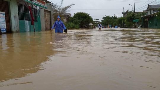 Miền Trung: Mưa lớn, các thủy điện xả lũ, nhiều vùng bị chia cắt - Ảnh 5.