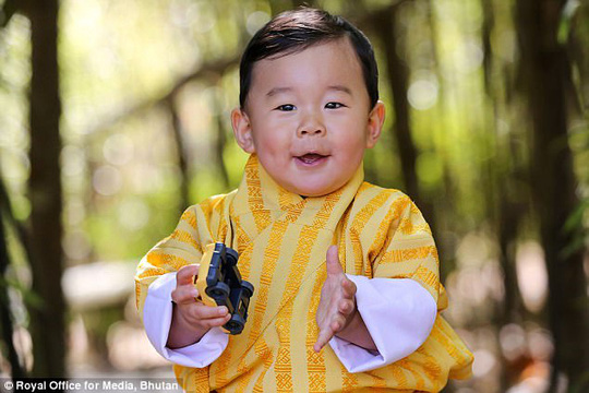 """Hóa thân thành bác sĩ, hoàng tử nhí Bhutan """"đốn tim"""" cư dân mạng - Ảnh 5."""