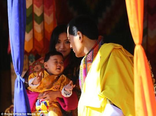 """Hóa thân thành bác sĩ, hoàng tử nhí Bhutan """"đốn tim"""" cư dân mạng - Ảnh 2."""