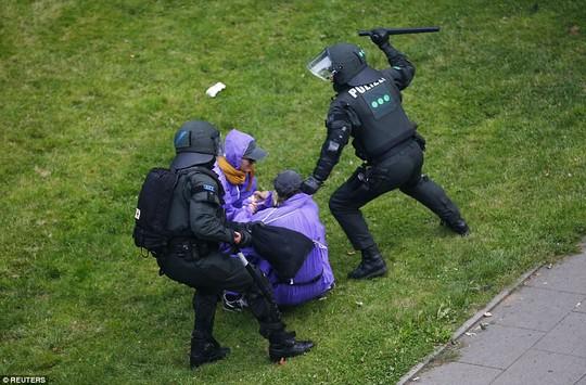 Biểu tình bạo lực phản đối G20, gần 200 cảnh sát bị thương - Ảnh 15.
