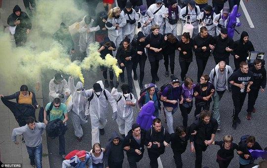 Biểu tình bạo lực phản đối G20, gần 200 cảnh sát bị thương - Ảnh 14.