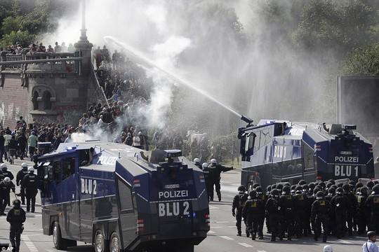 Biểu tình bạo lực phản đối G20, gần 200 cảnh sát bị thương - Ảnh 17.