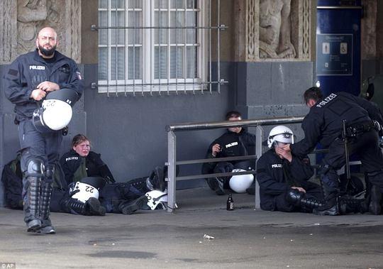 Biểu tình bạo lực phản đối G20, gần 200 cảnh sát bị thương - Ảnh 23.