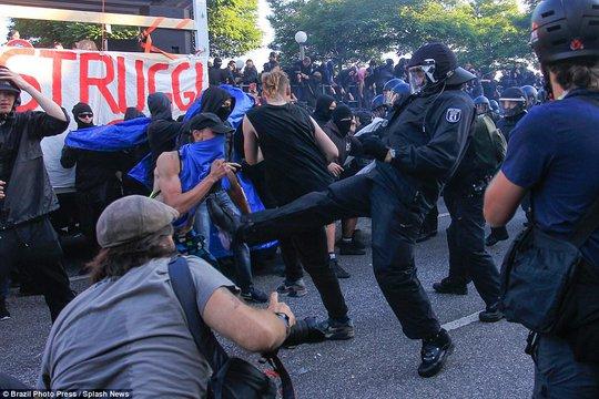 Biểu tình bạo lực phản đối G20, gần 200 cảnh sát bị thương - Ảnh 13.