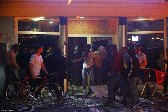 Biểu tình bạo lực phản đối G20, gần 200 cảnh sát bị thương - Ảnh 10.