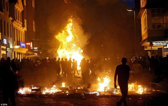 Biểu tình bạo lực phản đối G20, gần 200 cảnh sát bị thương - Ảnh 12.