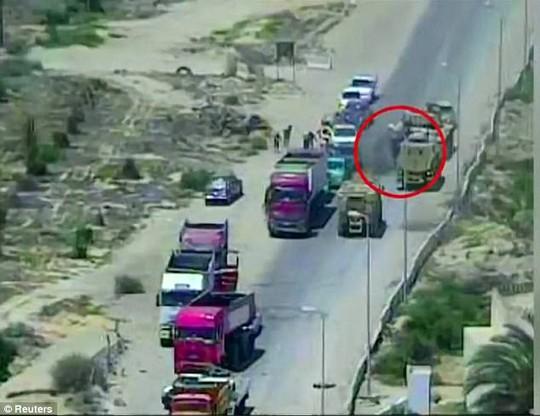 Xe tăng Ai Cập nghiền nát xe bom, cứu sống 50 người - Ảnh 2.