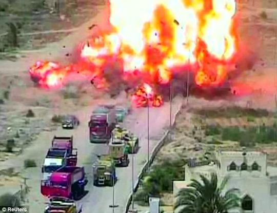 Xe tăng Ai Cập nghiền nát xe bom, cứu sống 50 người - Ảnh 3.
