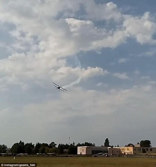 Máy bay Nga đâm xuống đất nổ tung, 2 người thiệt mạng - Ảnh 1.