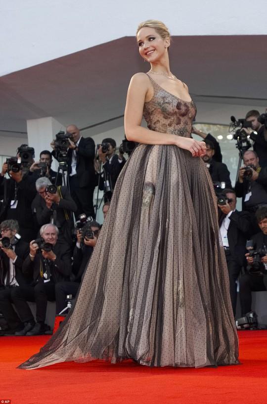 Jennifer Lawrence lộng lẫy tại LHP Venice - Ảnh 2.