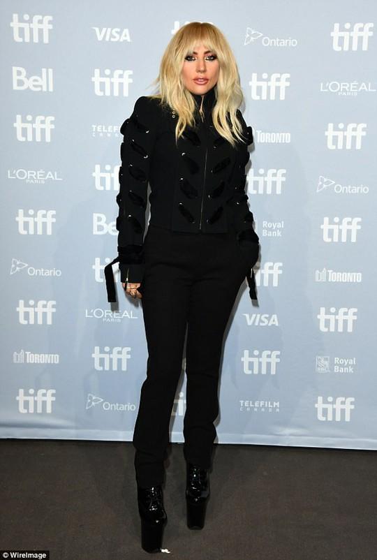 Lady Gaga kín đáo vẫn quái dị trên thảm đỏ - Ảnh 7.