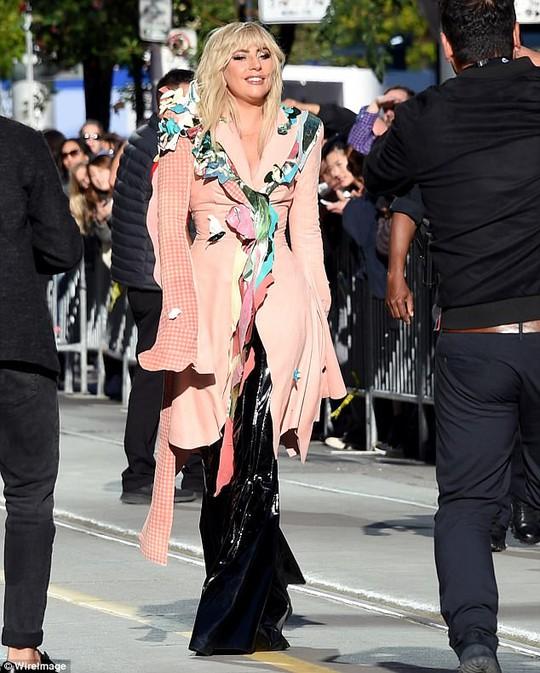 Lady Gaga kín đáo vẫn quái dị trên thảm đỏ - Ảnh 1.