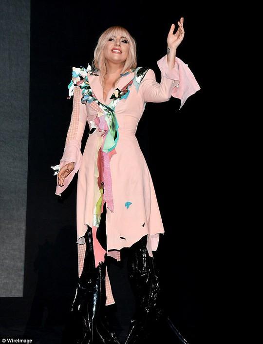 Lady Gaga kín đáo vẫn quái dị trên thảm đỏ - Ảnh 4.