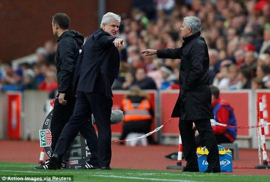 Mourinho từ chối bắt tay đồng nghiệp vì bị lăng mạ - Ảnh 2.