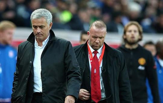 Mourinho từ chối bắt tay đồng nghiệp vì bị lăng mạ - Ảnh 1.