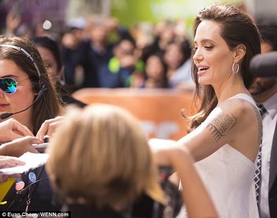 Angelina Jolie rạng ngời cùng các con trên thảm đỏ - Ảnh 9.