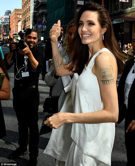 Angelina Jolie rạng ngời cùng các con trên thảm đỏ - Ảnh 3.