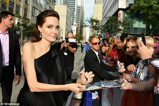 Pax Thiên cao to nhất trong các con của Angelina Jolie - Ảnh 6.