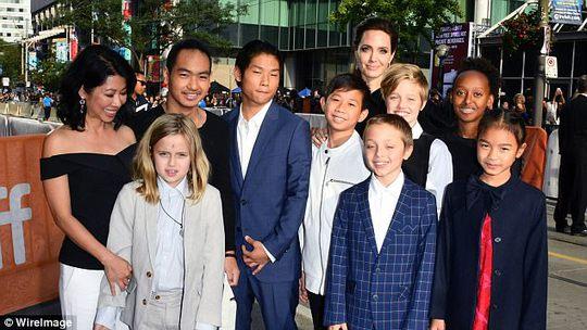 Cuộc chiến nuôi con của Angelina Jolie và Brad Pitt đang ngày càng trở nên căng thẳng !