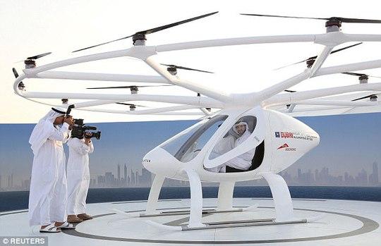 Hoàng tử UAE trải nghiệm taxi bay không người lái đầu tiên - Ảnh 1.