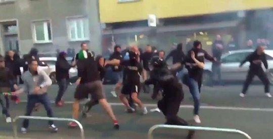 Fan Spartak Moscow bắn pháo sáng suýt trúng trọng tài - Ảnh 2.