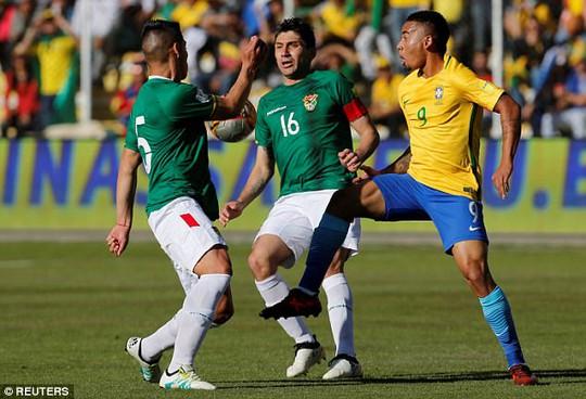 Cầu thủ Brazil thở oxy sau trận hòa Bolivia - Ảnh 2.