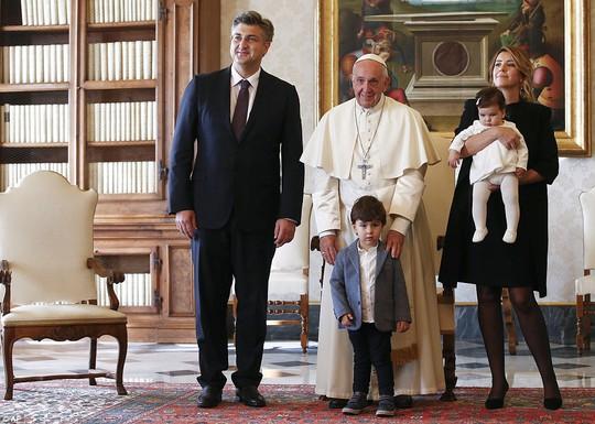 Quý tử của thủ tướng Croatia đại náo cuộc gặp Giáo hoàng Francis - Ảnh 2.