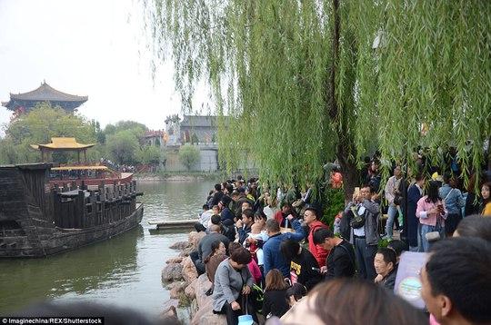 Ngộp thở cảnh dân Trung Quốc chen chúc đi du lịch - Ảnh 5.