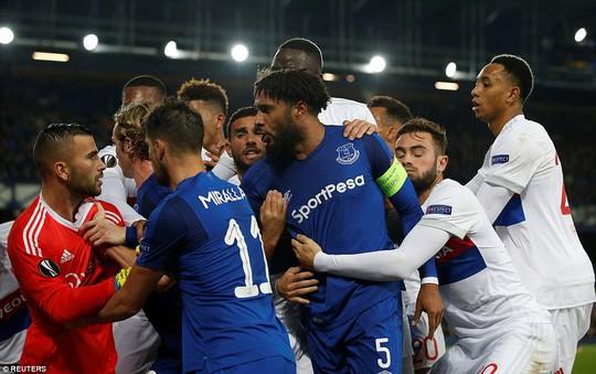 Fan Everton đánh hôi lúc cầu thủ ẩu đả - Ảnh 5.
