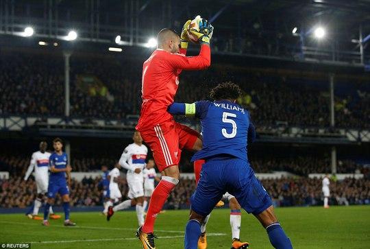 Fan Everton đánh hôi lúc cầu thủ ẩu đả - Ảnh 1.