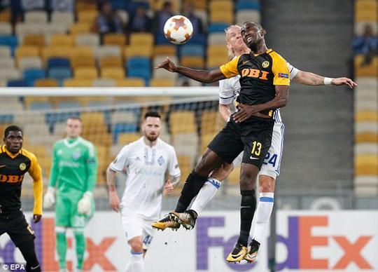 Không chiến nảy lửa, sao Dynamo Kiev vỡ đầu - Ảnh 1.