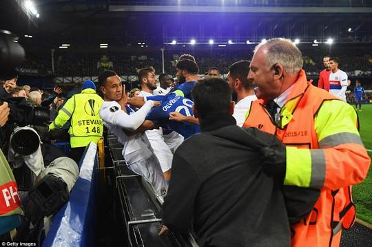 Fan Everton đánh hôi lúc cầu thủ ẩu đả - Ảnh 2.
