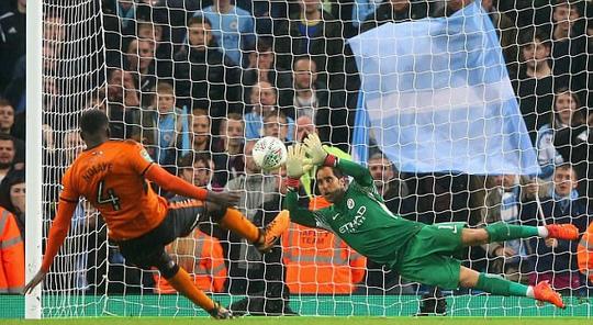 Man City suýt bị loại, Guardiola đổ thừa quả bóng - Ảnh 3.