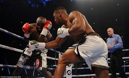 Đánh kẻ thách đấu đổ máu, Joshua bảo vệ đai vô địch - Ảnh 9.