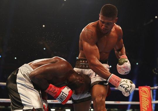 Đánh kẻ thách đấu đổ máu, Joshua bảo vệ đai vô địch - Ảnh 4.