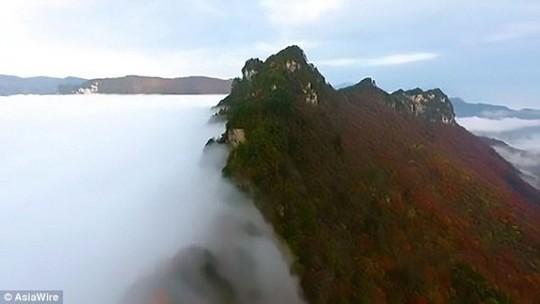 'Thác mây tiên nữ' - hiện tượng thiên nhiên hiếm có - Ảnh 2.