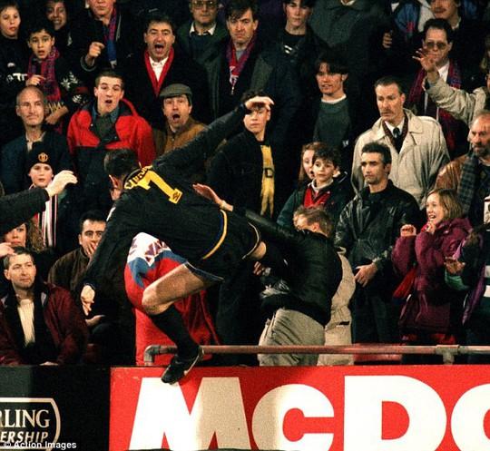 Tái hiện cú kungfu của Cantona, Evra bị đuổi khi chưa ra sân - Ảnh 5.