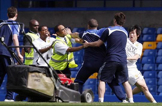 Tái hiện cú kungfu của Cantona, Evra bị đuổi khi chưa ra sân - Ảnh 4.