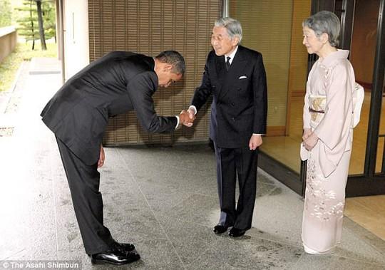 Ông Donald Trump không cúi người chào Nhật hoàng - Ảnh 2.