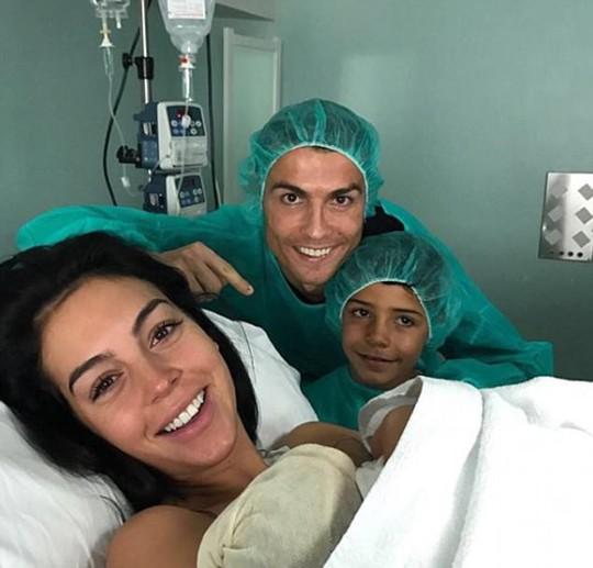 Ronaldo lần đầu có con không do thuê đẻ - Ảnh 1.