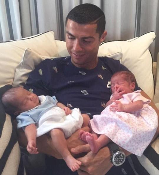 Ronaldo lần đầu có con không do thuê đẻ - Ảnh 2.