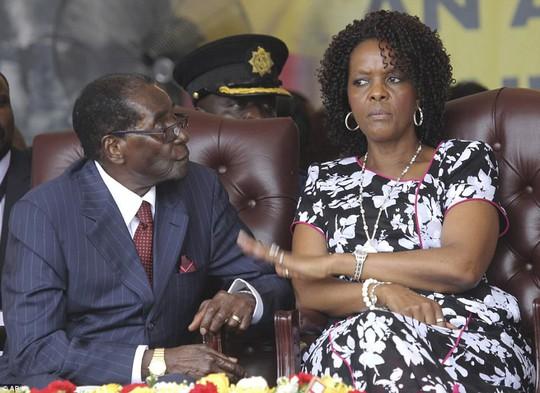Hai người vợ tạo nên cuộc đời tổng thống Zimbabwe - Ảnh 4.