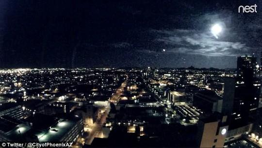 Chùm sáng bí ẩn bị nghi là UFO trên bầu trời Mỹ - Ảnh 1.