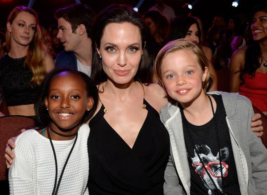 Angelina Jolie chăm sóc các con nhiều hơn