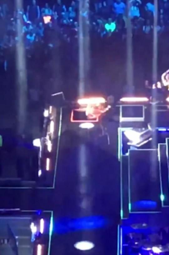 Ca sĩ ngã xuống hố sân khấu khi đang diễn - Ảnh 2.
