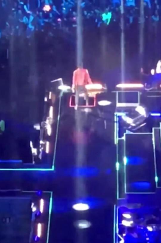 Ca sĩ ngã xuống hố sân khấu khi đang diễn - Ảnh 1.
